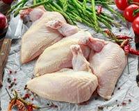 Ακατέργαστες λωρίδες στηθών κοτόπουλου supremes με τα τσίλι, τα δημητριακά πιπεριών και το θυμάρι Με το σπαράγγι και τις ντομάτες Στοκ φωτογραφία με δικαίωμα ελεύθερης χρήσης