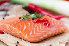 Ακατέργαστες λωρίδες των κόκκινων ψαριών, σολομός, μαγειρεύοντας υγιή πιάτα διατροφής Στοκ Εικόνα