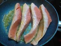 Ακατέργαστες sizzling salmons λωρίδες Στοκ φωτογραφίες με δικαίωμα ελεύθερης χρήσης