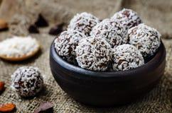 Ακατέργαστες vegan σφαίρες σοκολάτας καρύδων αμυγδάλων βουτύρου Στοκ εικόνες με δικαίωμα ελεύθερης χρήσης