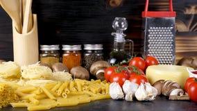 Ακατέργαστη άψητη ποικιλία ζουμ έξω των ζυμαρικών δίπλα στα φρέσκα λαχανικά φιλμ μικρού μήκους