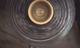 Ακατέργαστη αργίλου ρόδα αγγειοπλαστών ` s βάζων περιστρεφόμενη Στοκ φωτογραφία με δικαίωμα ελεύθερης χρήσης