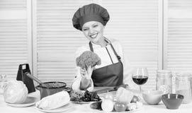 Ακατέργαστη διατροφή τροφίμων Αξία διατροφής μπρόκολου Γυναικών επαγγελματικό αρχιμαγείρων λαχανικό μπρόκολου λαβής ακατέργαστο Ε στοκ εικόνα με δικαίωμα ελεύθερης χρήσης