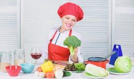 Ακατέργαστη διατροφή τροφίμων Αξία διατροφής μπρόκολου Γυναικών επαγγελματικό αρχιμαγείρων λαχανικό μπρόκολου λαβής ακατέργαστο Ε στοκ φωτογραφία