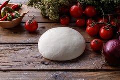 Ακατέργαστη ζύμη για την πίτσα με το ξύλινο υπόβαθρο συστατικών Στοκ φωτογραφία με δικαίωμα ελεύθερης χρήσης