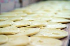 Ακατέργαστη ζύμη πιτσών - πλακάκι πιτσών στοκ εικόνες με δικαίωμα ελεύθερης χρήσης