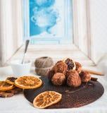 Ακατέργαστη καραμέλα σοκολάτας με τα καρύδια, τα σύκα και τα εσπεριδοειδή, τρούφα Στοκ Εικόνα