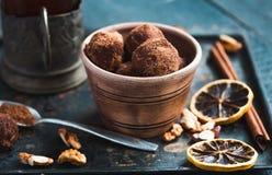 Ακατέργαστη καραμέλα σοκολάτας με τα καρύδια, τα σύκα και τα εσπεριδοειδή, τρούφα Στοκ Εικόνες