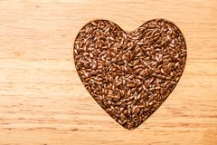 Ακατέργαστη καρδιά λιναρόσπορου σπόρων λιναριού που διαμορφώνεται στοκ εικόνες