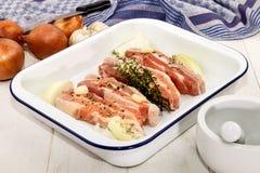 Ακατέργαστη κοιλιά χοιρινού κρέατος με συντριμμένο peppercorn, σκόρδο, κρεμμύδι και φρέσκος Στοκ φωτογραφία με δικαίωμα ελεύθερης χρήσης