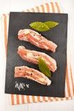 Ακατέργαστη κοιλιά χοιρινού κρέατος με συντριμμένο peppercorn, χονδροειδές άλας, σκόρδο και Στοκ Φωτογραφία