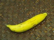 Ακατέργαστη μπανάνα στο ξύλινο υπόβαθρο Στοκ Φωτογραφίες
