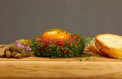 Ακατέργαστη μπριζόλα κρέατος tartare με στενό επάνω λέκιθου αυγών Στοκ φωτογραφία με δικαίωμα ελεύθερης χρήσης