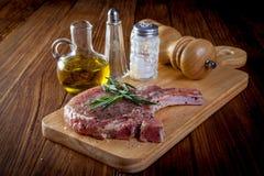 Ακατέργαστη μπριζόλα μπριζολών χοιρινού κρέατος Στοκ Φωτογραφία