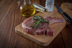 Ακατέργαστη μπριζόλα μπριζολών χοιρινού κρέατος Στοκ φωτογραφίες με δικαίωμα ελεύθερης χρήσης