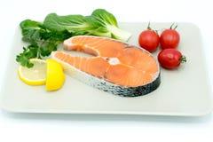 Ακατέργαστη μπριζόλα σολομών με το λαχανικό στο πιάτο, τα τρόφιμα και τη φυτική έννοια Στοκ φωτογραφία με δικαίωμα ελεύθερης χρήσης