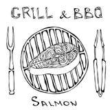 Ακατέργαστη μπριζόλα σολομών στη σχάρα σχαρών με το δίκρανο και τις λαβίδες Θερινό bbq Φέτα περικοπών ψαριών για το μαγείρεμα, γε ελεύθερη απεικόνιση δικαιώματος