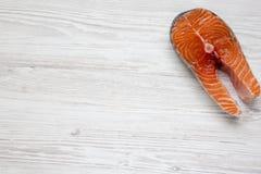Ακατέργαστη μπριζόλα σολομών στο άσπρο ξύλινο υπόβαθρο, τοπ άποψη Επίπεδος βάλτε Στοκ φωτογραφία με δικαίωμα ελεύθερης χρήσης