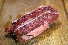 ακατέργαστη μπριζόλα φρέσ&kappa Μπριζόλα βόειου κρέατος Στοκ εικόνες με δικαίωμα ελεύθερης χρήσης