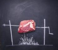 Ακατέργαστη μπριζόλα χοιρινού κρέατος σε έναν πίνακα κιμωλίας με τη χρωματισμένη σχάρα που βαδίζει με το διάστημα για το κείμενο Στοκ εικόνα με δικαίωμα ελεύθερης χρήσης