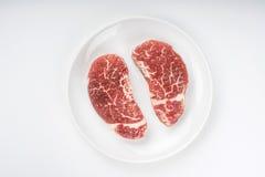 Ακατέργαστη μπριζόλα σε ένα πιάτο Στοκ εικόνες με δικαίωμα ελεύθερης χρήσης