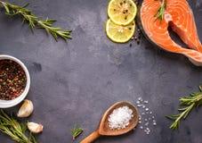 Ακατέργαστη μπριζόλα σολομών έτοιμη να μαγειρεψει Στοκ Φωτογραφίες