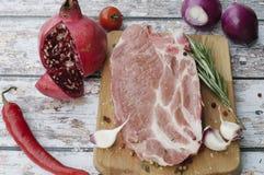 Ακατέργαστη μπριζόλα χοιρινού κρέατος έτοιμη να μαγειρεψει Στοκ Φωτογραφία
