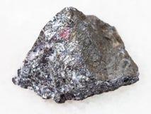 ακατέργαστη πέτρα antimonite στο άσπρο μάρμαρο Στοκ Εικόνες