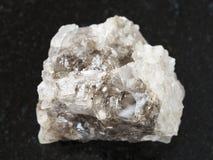 ακατέργαστη πέτρα Halite (άλας βράχου) στο σκοτεινό υπόβαθρο Στοκ φωτογραφία με δικαίωμα ελεύθερης χρήσης