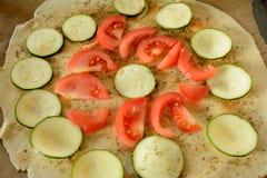 Ακατέργαστη πίτσα κατά τη διάρκεια της προετοιμασίας Στοκ φωτογραφία με δικαίωμα ελεύθερης χρήσης