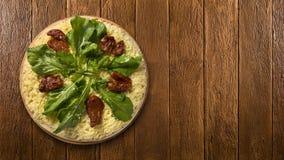Ακατέργαστη πίτσα με Arugula και ντομάτα στο ξύλινο υπόβαθρο Στοκ φωτογραφία με δικαίωμα ελεύθερης χρήσης