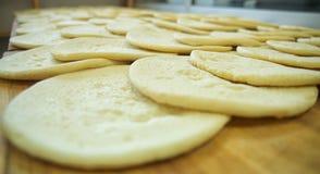 Ακατέργαστη πίτσα dow - πλακάκι πιτσών στοκ εικόνες με δικαίωμα ελεύθερης χρήσης