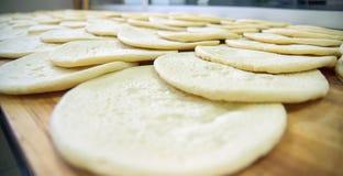Ακατέργαστη πίτσα dow - πλακάκι πιτσών στοκ εικόνα με δικαίωμα ελεύθερης χρήσης