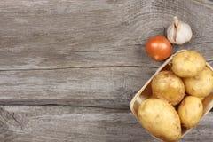 Ακατέργαστη πατάτα στον ξύλινο πίνακα Τοπ άποψη με το διάστημα αντιγράφων στοκ φωτογραφίες
