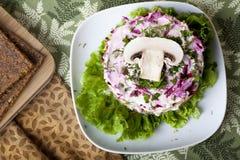 Ακατέργαστη σαλάτα τροφίμων με το μανιτάρι Στοκ Εικόνες