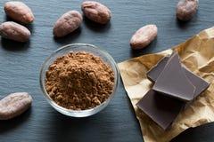 Ακατέργαστη σκόνη κακάου, nibs κακάου και σοκολάτα Στοκ εικόνες με δικαίωμα ελεύθερης χρήσης
