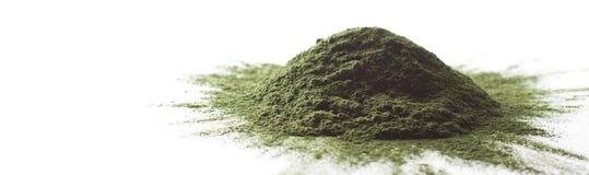 Ακατέργαστη σκόνη Spirulina σε άσπρο σωρός υποβάθρου †« Στοκ εικόνα με δικαίωμα ελεύθερης χρήσης