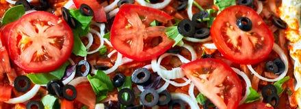Ακατέργαστη στενή επάνω τοπ άποψη πιτσών, έμβλημα πιτσών Στοκ φωτογραφία με δικαίωμα ελεύθερης χρήσης