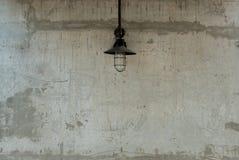 Ακατέργαστη συγκεκριμένη σύσταση με τον παλαιό λαμπτήρα Στοκ Φωτογραφίες