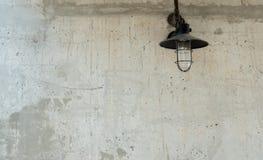 Ακατέργαστη συγκεκριμένη σύσταση με τον παλαιό λαμπτήρα Στοκ Εικόνες