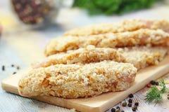 Ακατέργαστη λωρίδα κοτόπουλου crumbs ψωμιού που προετοιμάζονται για το μάγειρα Στοκ Φωτογραφία