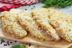 Ακατέργαστη λωρίδα κοτόπουλου crumbs ψωμιού που προετοιμάζονται για το μάγειρα Στοκ Εικόνες