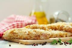 Ακατέργαστη λωρίδα κοτόπουλου crumbs ψωμιού που προετοιμάζονται για το μάγειρα Στοκ εικόνα με δικαίωμα ελεύθερης χρήσης