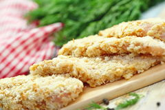 Ακατέργαστη λωρίδα κοτόπουλου crumbs ψωμιού που προετοιμάζονται για το μάγειρα Στοκ φωτογραφίες με δικαίωμα ελεύθερης χρήσης