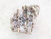ακατέργαστη Apatite (μετάλλευμα του φωσφόρου) πέτρα στο λευκό Στοκ εικόνα με δικαίωμα ελεύθερης χρήσης