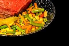 Ακατέργαστη juicy μπριζόλα με τα λαχανικά στοκ εικόνες