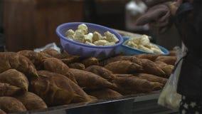 Ακατέργαστοι βλαστοί μπαμπού που καλύπτονται ακόμα στο ρύπο που πωλείται στην ασιατική παραδοσιακή αγορά στοκ φωτογραφίες με δικαίωμα ελεύθερης χρήσης