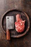 Ακατέργαστοι κρέας και μπαλτάς κρέατος στοκ φωτογραφία με δικαίωμα ελεύθερης χρήσης
