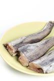 Ακατέργαστοι μπακαλιάροι στο πιάτο επάνω από το άσπρο υπόβαθρο Στοκ φωτογραφίες με δικαίωμα ελεύθερης χρήσης