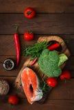 Ακατέργαστοι σολομός και λαχανικά μπριζόλας Στοκ φωτογραφία με δικαίωμα ελεύθερης χρήσης